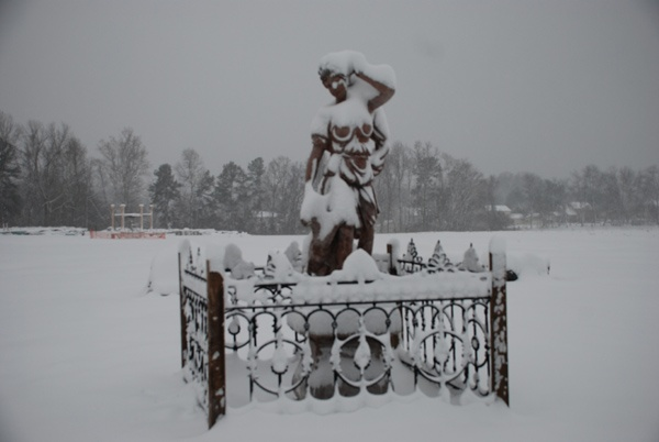 marble statue at charlies antiques, iron fence at charlies antiques in williamsburg va,