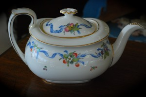 Wedgewood Williamsburg ribbon teapot at charlies antiques in williamsburg va